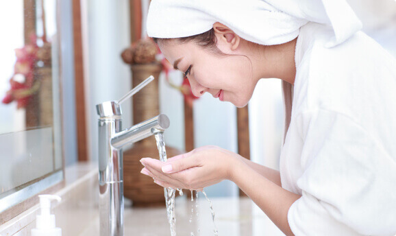 http://woman%20cleaning%20her%20face